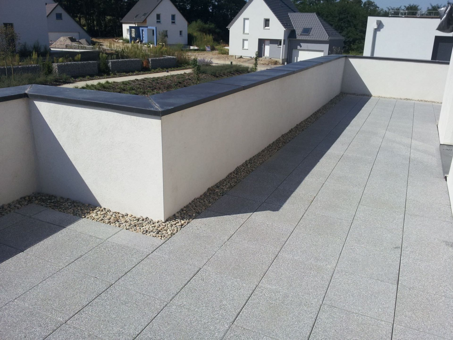 Terrasse dalle sur plot design id es de for Dalles de terrasse sur plots